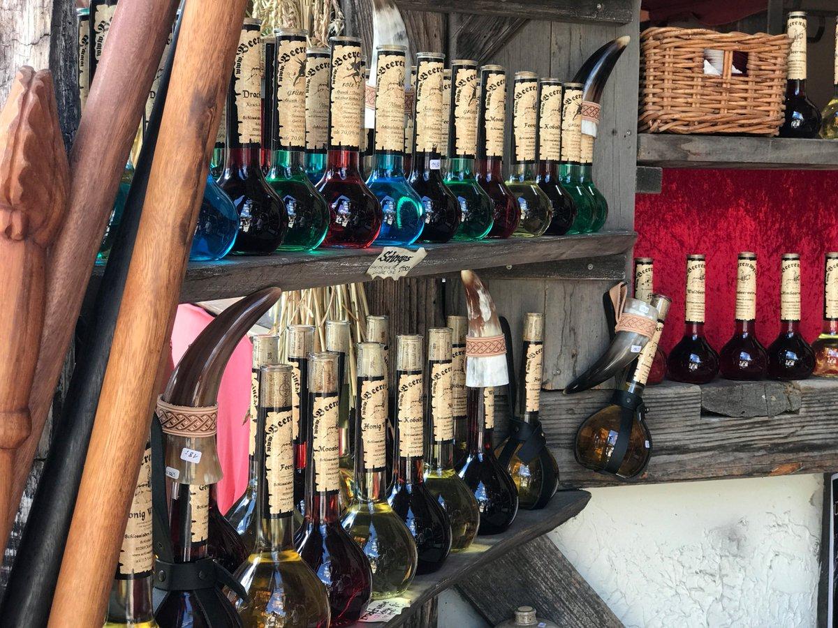 先日、ヨーロッパ最大と言われる中世騎士祭りに行ってきましたー。中世っぽい武具や衣服やアイテムが売って…