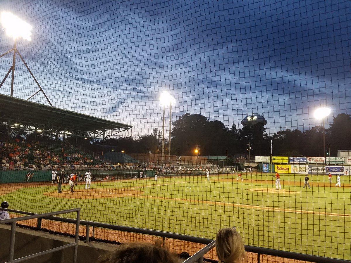 Perfect night for baseball. #kinston #woodducks <br>http://pic.twitter.com/nRZPVZfC1X