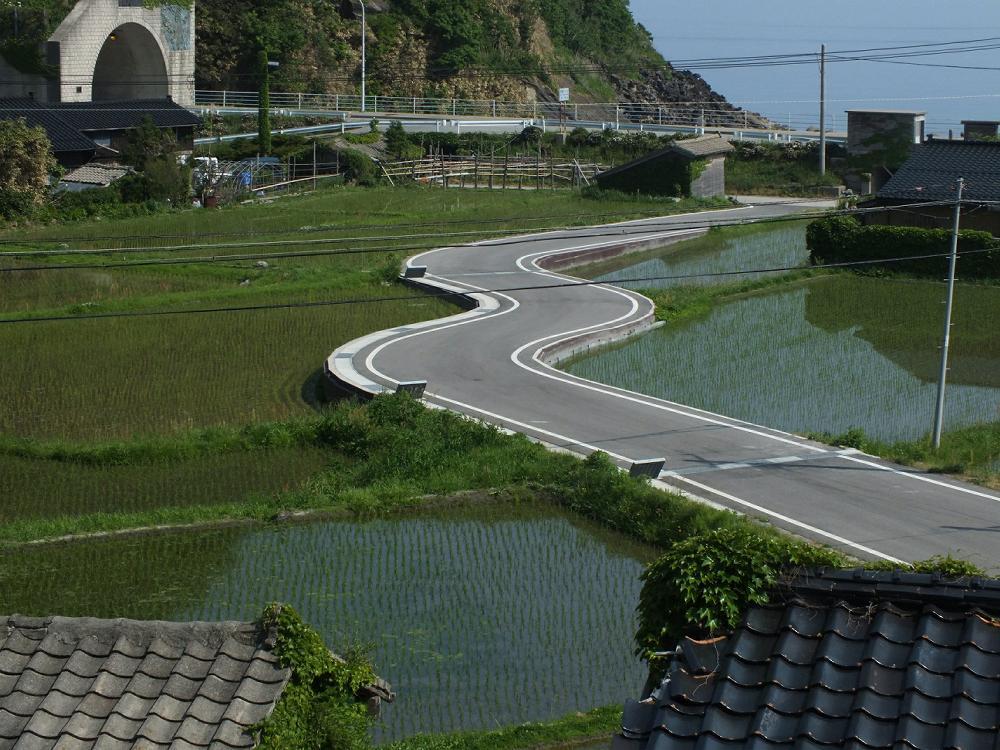 佐渡島の田んぼの中にある謎のS字カーブ。 自動車教習場のコースかよ(笑) https://t.co/XDsJ0PLwJ7
