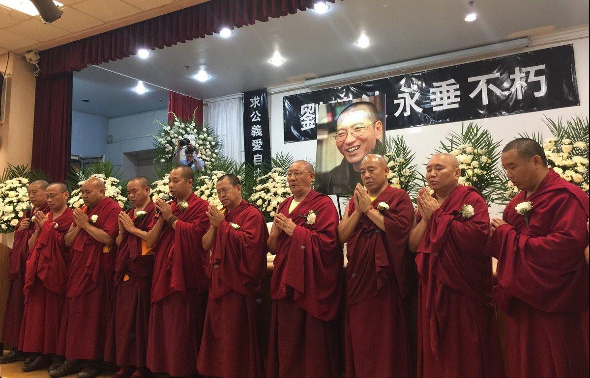 今天在纽约法拉盛举行的刘晓波追悼会上达赖喇嘛驻北美代表发言,西藏格西为晓波先生念经祈福。 https://t.co/c81NHM0JMc