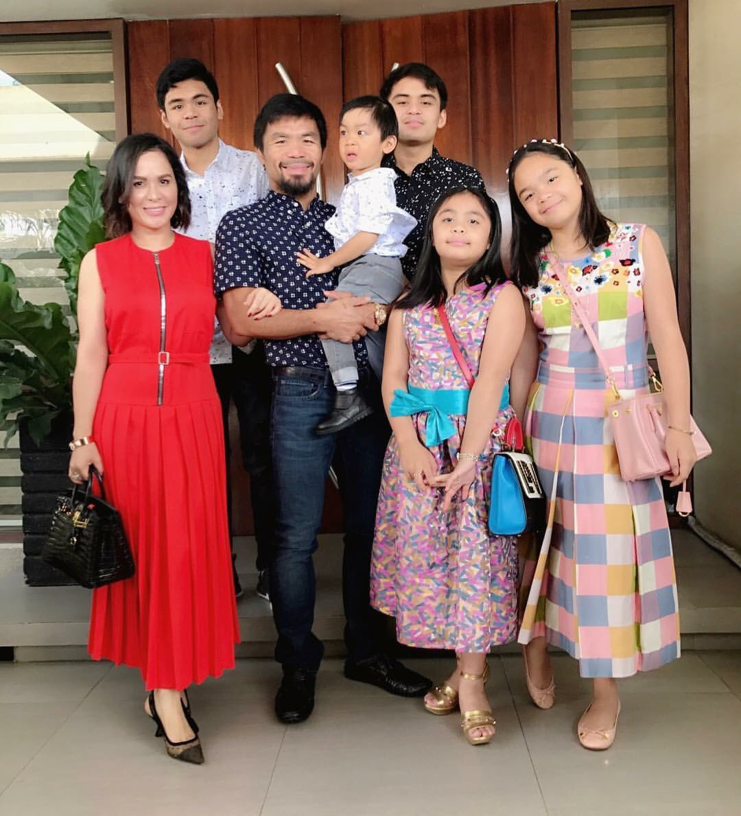 Husband and wife, Manny and Jinkee with their children
