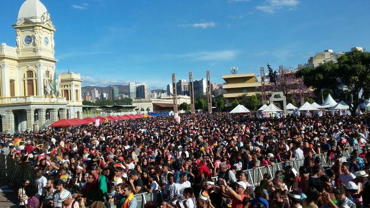 Mais de 40 mil pessoas participam da Parada do Orgulho LGBT em https://t.co/S42KXsuqRX