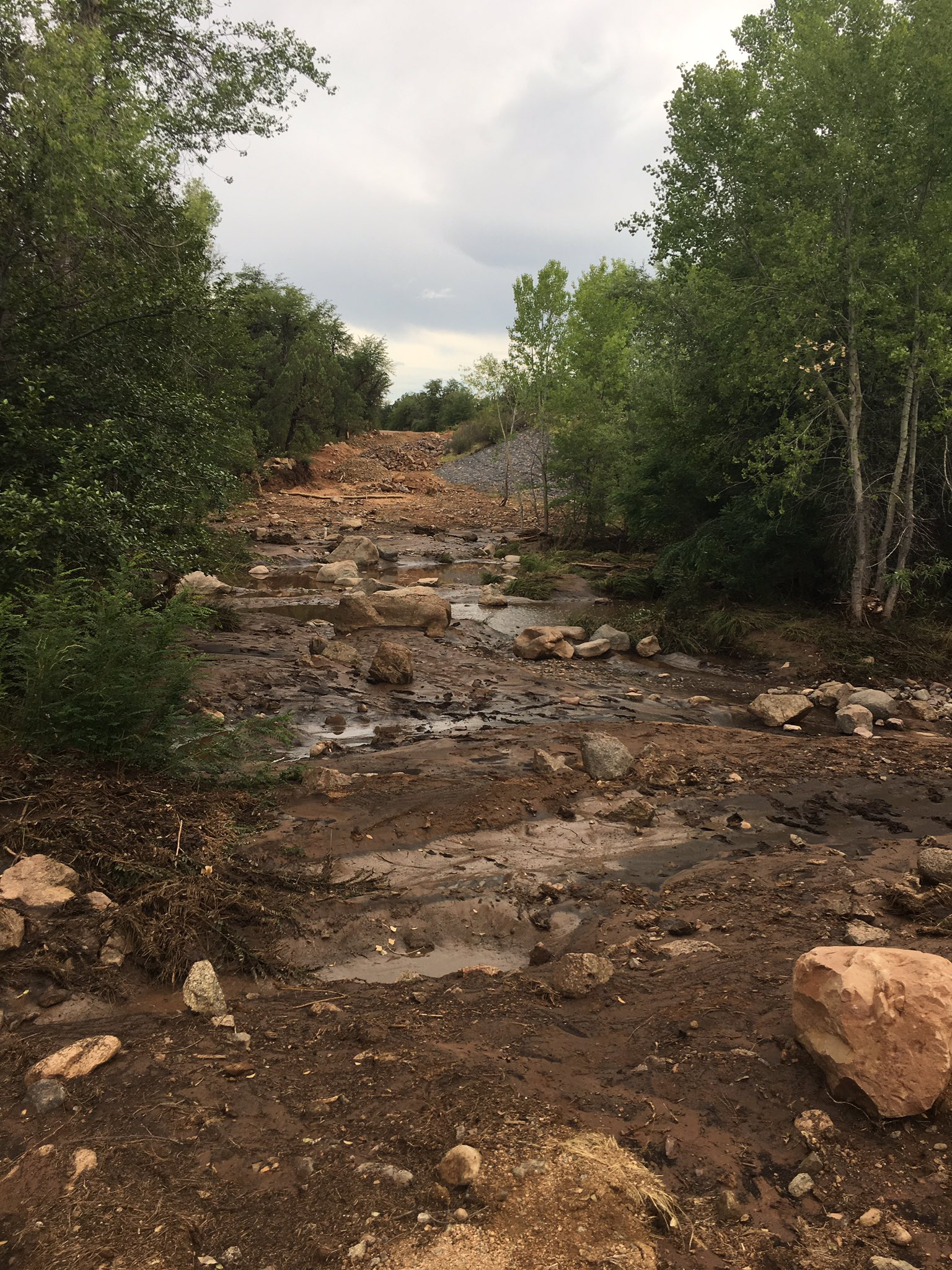 Nine people are dead and one is still missing in the #Payson flash flood. A 40-foot-wide wall of water swept up debris and 14 people. https://t.co/5PLSjiVosE