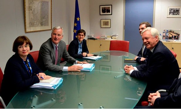 Michel Barnier sits down with David Davis with huge wodge of notes. Davis - with nothing - https://t.co/1eLT5nXRfU