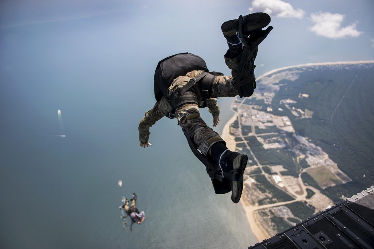 Wait for me! @USNavy #sailors exit a #Chinook helicopter during military free-fall training in #Virginia. 🚁
