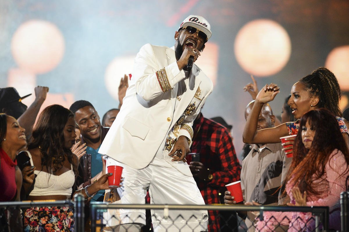 Parents accuse R. Kelly of holding their daughters in abusive 'cult,'...