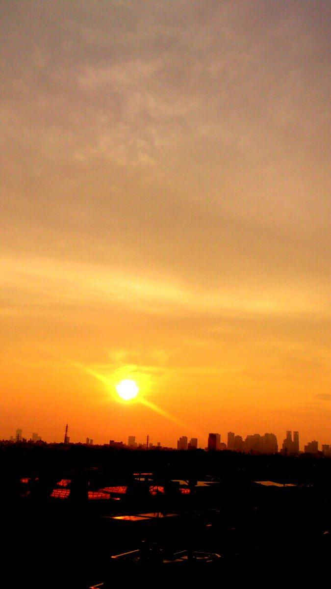 今日は友の命日、白水さんも真ぺーもアッキーも、グラッ子も前に進んでるよ、今日は皆空を見上げると思うからまぁ空で見守っててくれや、イックン(^-^) さっき空見たら綺麗な朝焼けだったよ雨男が奇跡だなw  Kagrra,女雅 https://t.co/9jHiEomsAo