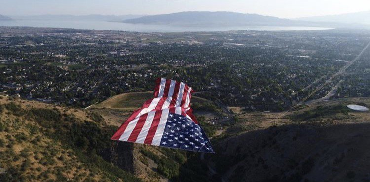 Utah&#39;s own @colonial_flag is at the #WhiteHouse for #MadeInAmericaWeek. They recently made the largest U.S. flag ever with Follow the Flag.<br>http://pic.twitter.com/hU7RWjt3Xt