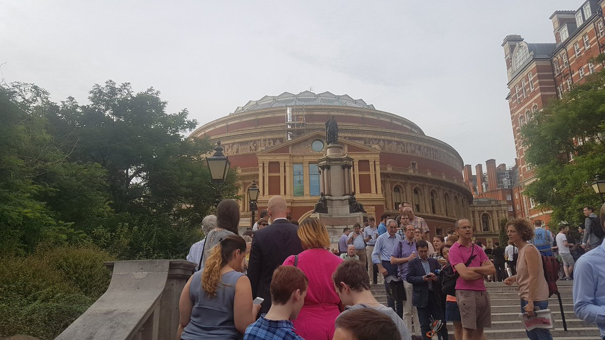 Queuing on the steps of the Royal Albert Hall for the Proms! Sibelius 7, Rachmaninoff 2 & Shostakovich 10 @bbcproms #BBCProms #livemusic
