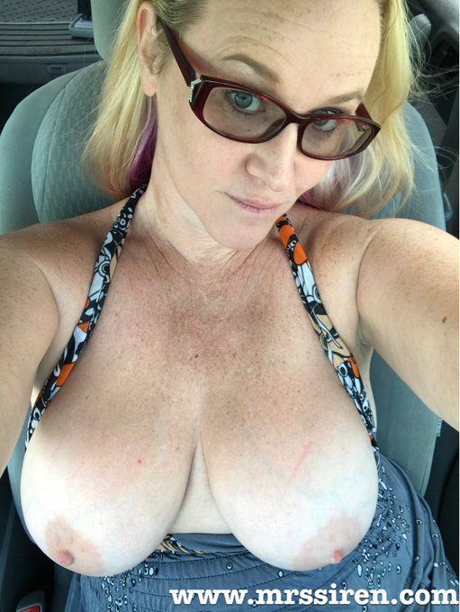 1 pic. Happy #MILFMonday https://t.co/cx6t3iSHvJ