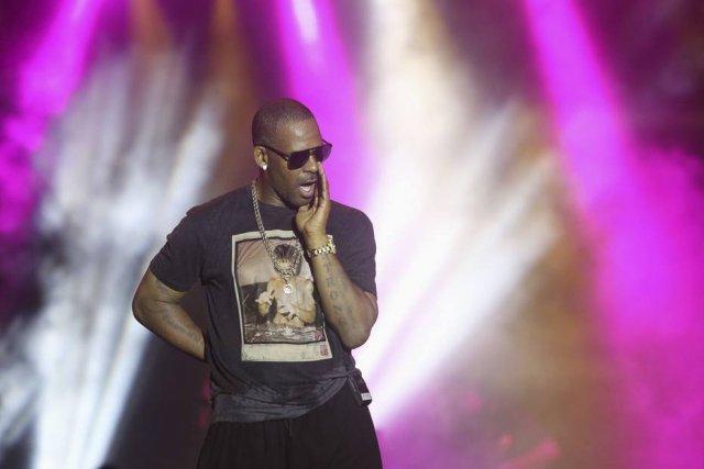 Rapper R. Kelly é acusado de manter seis mulheres em cativeiro nos EUA https://t.co/13WhRzvist