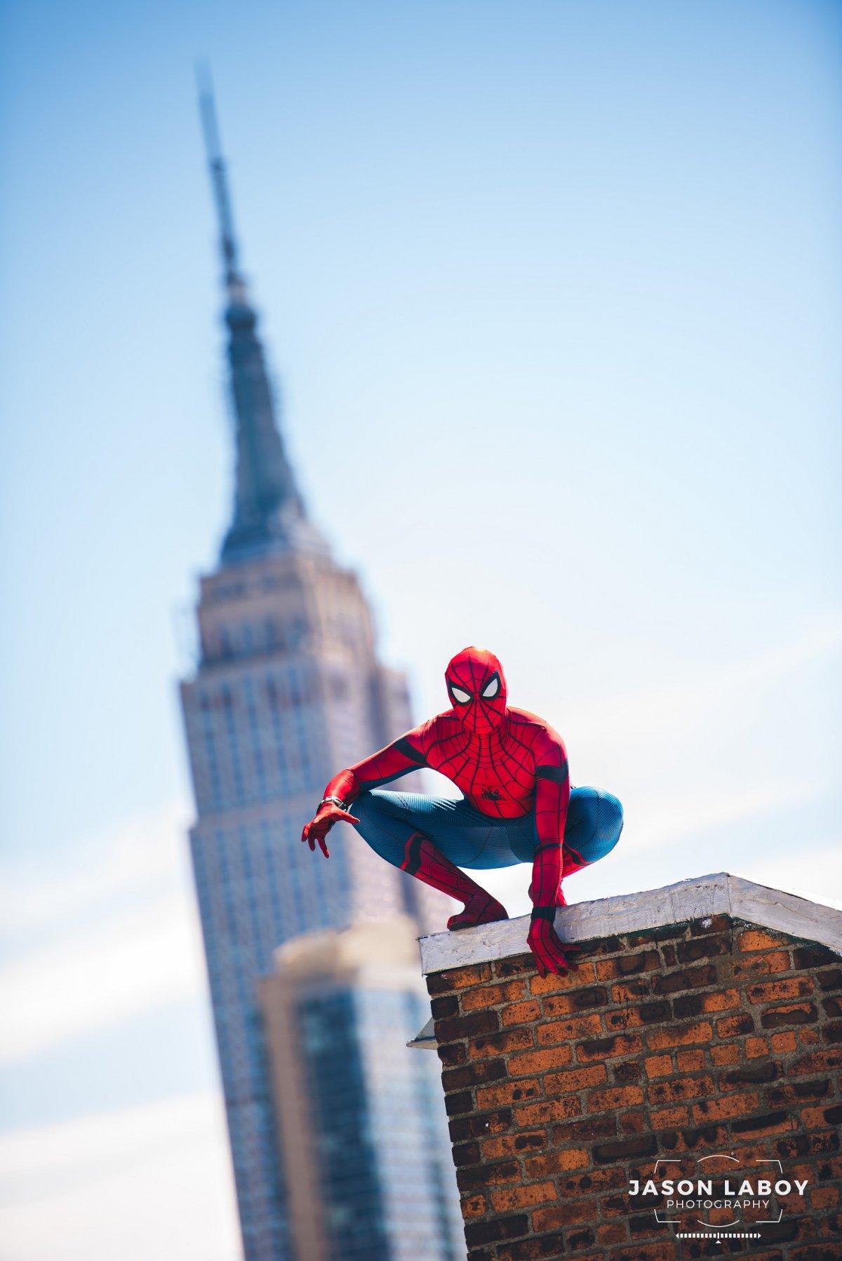 Человек паук на крыше картинки