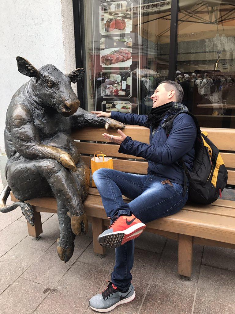 Amigo do tempo de NY, encontrei hoje aqui na Estônia e provoquei: tá fugindo? Tá ruim Wall Street? E levei de volta: pior q a Friboi não tá!