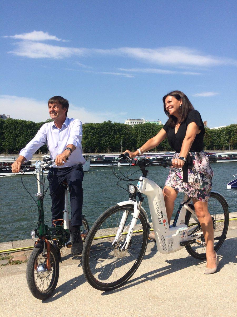 Merci à @Anne_Hidalgo et @N_Hulot qui posent avec Alpha, notre #vélo à #hydrogène au baptême de @energy_observer au port du Gros Cailloux.
