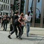 Muss auch erzählt werden: Menschen von der Demo Landungsbrücken halten andere ab, Steine/Flaschen zu werfen #G20HH2017 #NoG20 #BlockG20 #G20