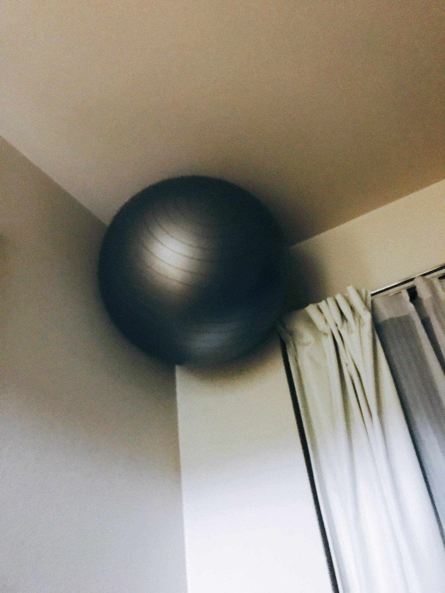 バランスボール邪魔だったから天井の角にはめたんだけど、存在忘れた頃に見つけるとビビる