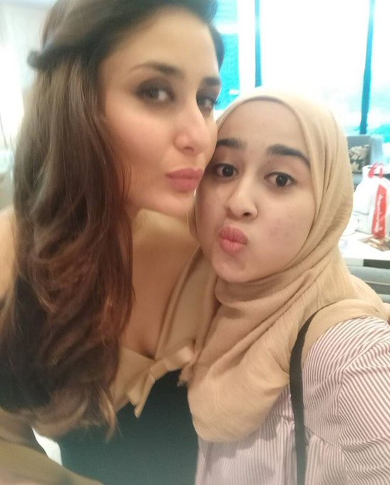 Photo - Kareena spotted with a lucky fan in Malaysia ! #PoutlikeBebo https://t.co/1uVpbZy58f