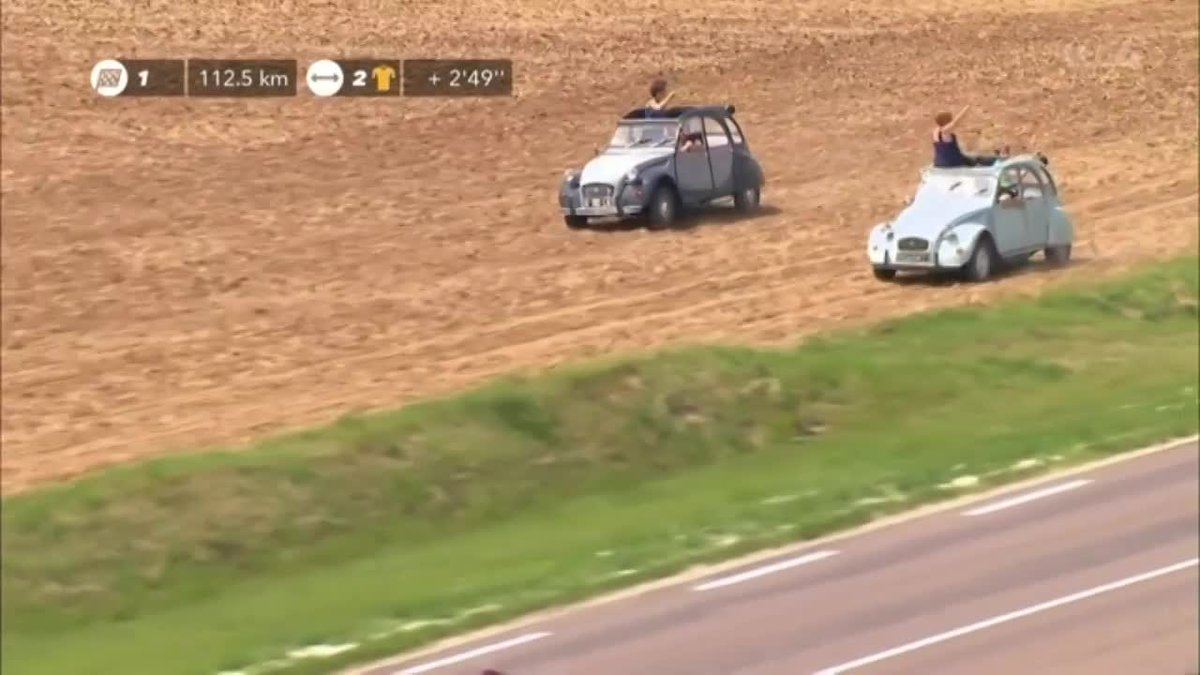 Spectators race the peloton in their classic Citroens! Watch @LeTour  LIVE on @ITV4 https://t.co/RdczAbvYEW
