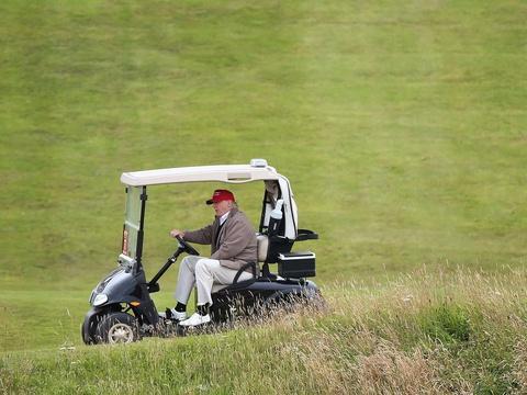 Donald Trump: Il fait débrider sa voiturette de golf pour dépasser les autres joueurs https://t.co/5LWaKxR702