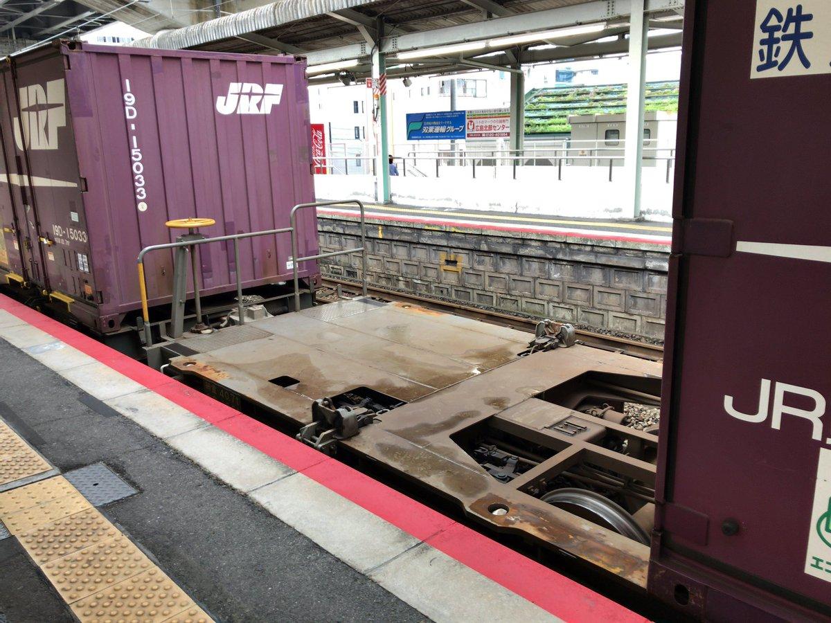 駅のホームに貨物列車がとまってると、このコンテナ置いてない車両のとこに、こっそり乗りたい欲求にかられる。 https://t.co/WSLbchnjfG