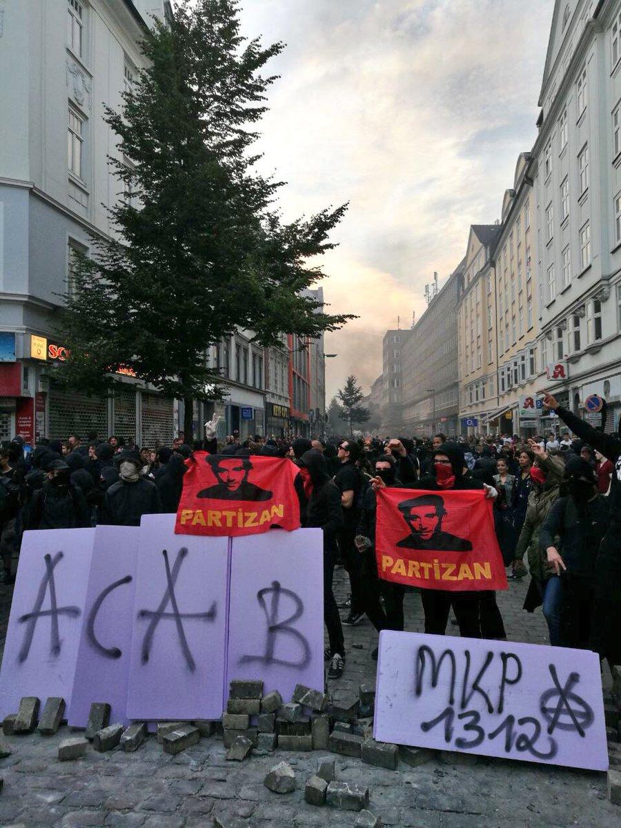 Schwarzer Block steht in der #Schanze bereit. Die lange Krawall-Nacht in #Hamburg beginnt. #G20HAM #G20 #G20SummitS@PolizeiHamburgummit