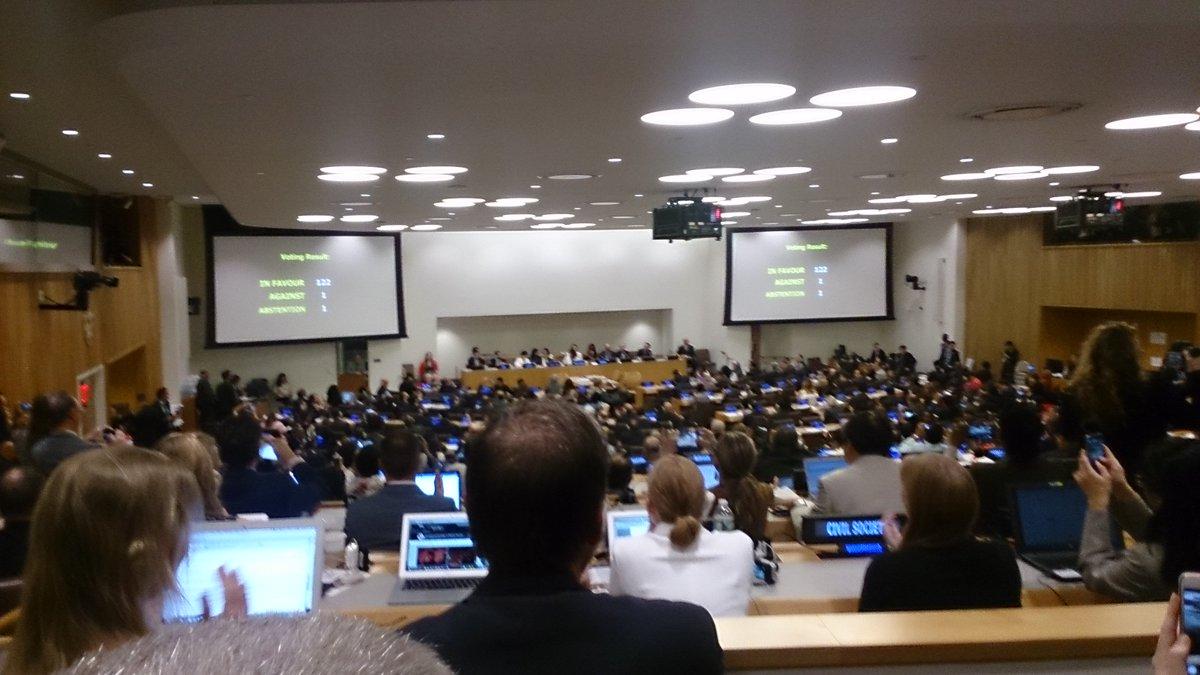 いま核兵器禁止条約が採択されました! 賛成122、反対1、棄権1。 賛成は国連加盟国の実に63%! 人類にとっての歴史的瞬間です! 会場は拍手と歓声に包まれています!