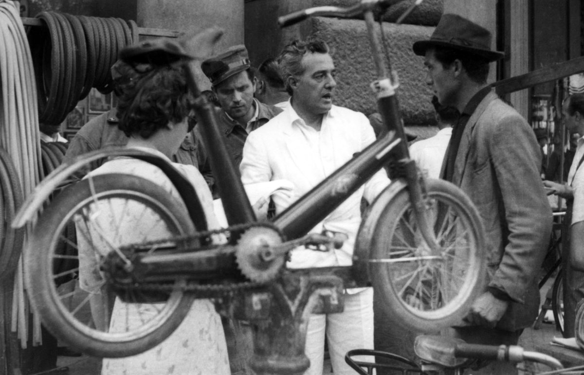 Vittorio de Sica on the set of Bicycle Thief #LadriDiBiciclette,1948... pic.twitter.com/HCbB9PhFGs