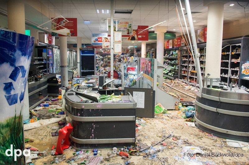 Heftige Krawalle, geplünderte Geschäfte und viel Zerstörung. Das Hamburger Schanzenviertel am frühen Samstagmorgen. #G20 (sbr)