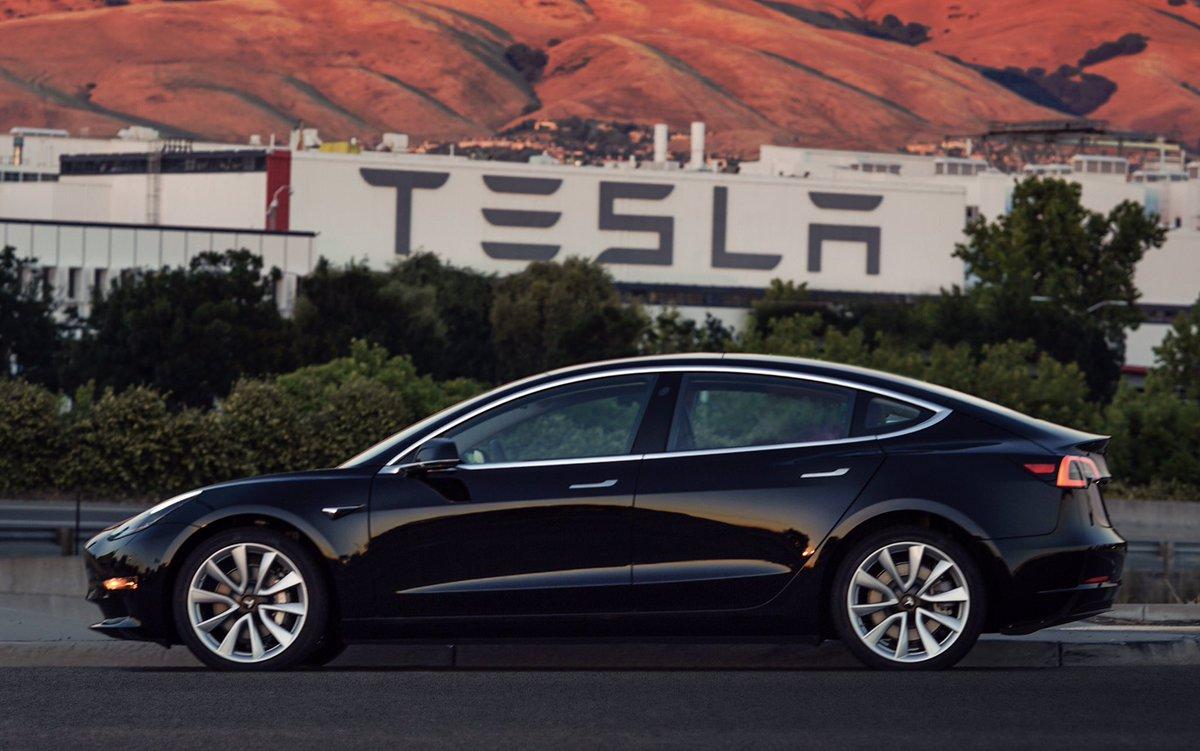 Илон Маск впервые показал новый электромобиль Tesla Model 3