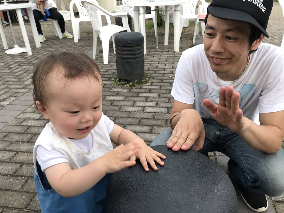 うたのおにいさんと一緒にリズムを刻む息子。 しかもソイルの演奏に合わせて。。 贅沢だぞ一歳半。シュウくんありがとう。 #夏びらき #福岡