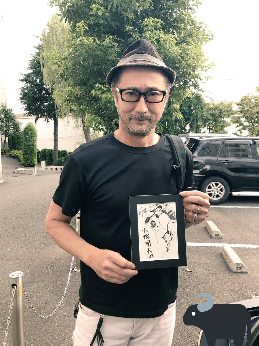 イラストを持っている大塚明夫
