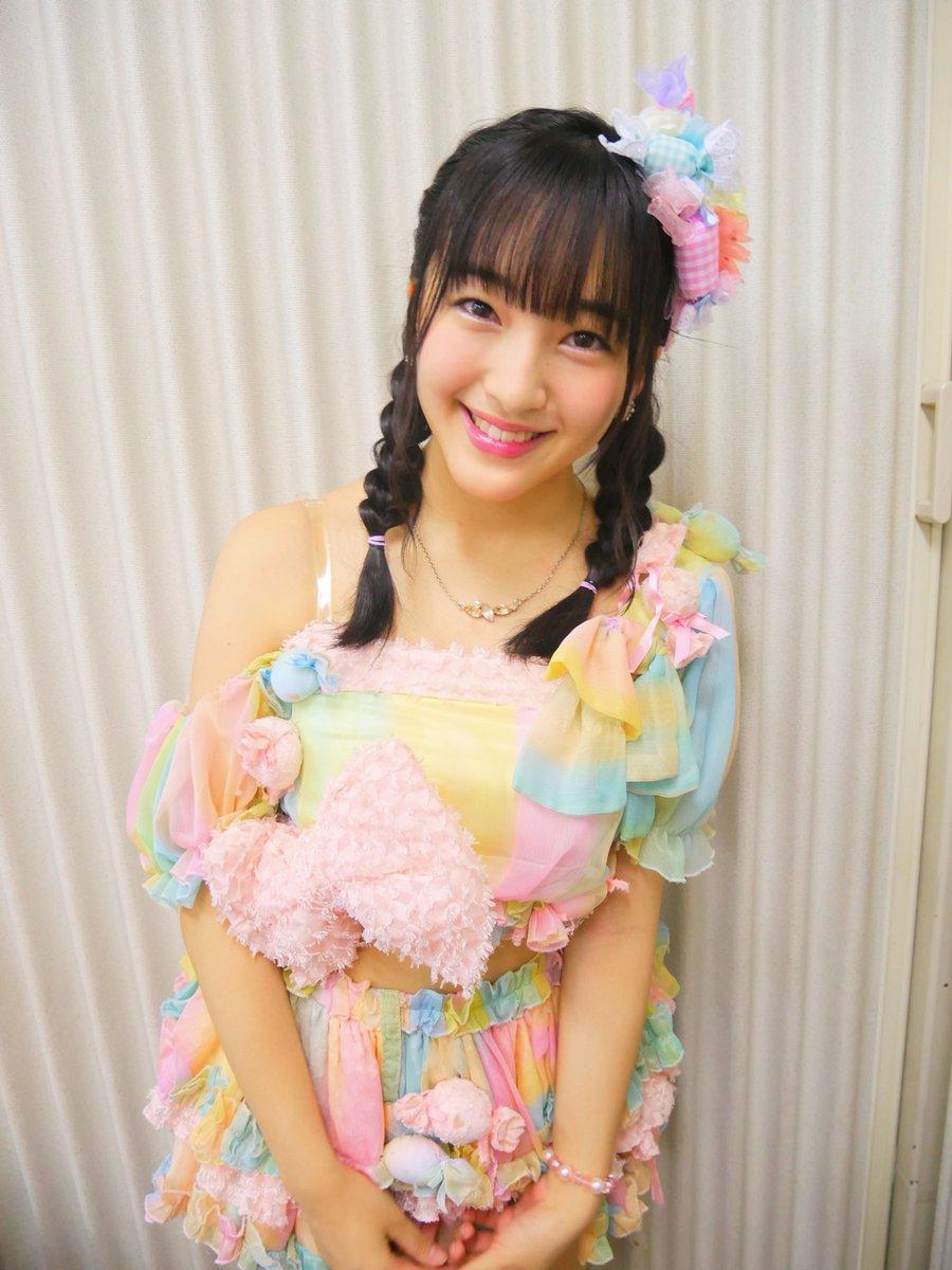 パステルカラーのキャンディの衣装と三つ編み姿で微笑むHKT48の田島芽瑠