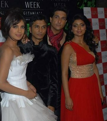 Happy Birthday Priyanka Chopra from Shriya Saran and her fans
