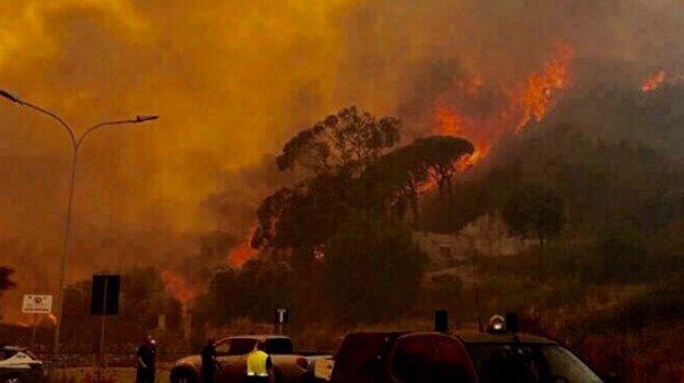 Il cielo rosso sopra #Messina: le immagini della città che brucia - Foto #messinabrucia… https://t.co/BiJono3oGY