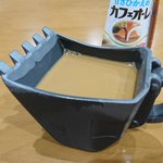 飲みづらい石油ショベルバケットカップにカフェオレを入れるとまるで泥水
