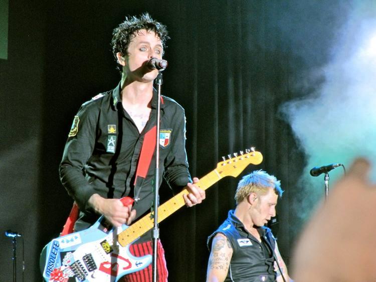 Green Day se defende por continuar show após morte de acrobata em show na Espanha https://t.co/58sUEdRaTC