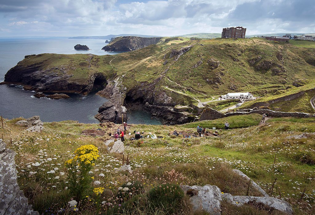 Excavations reveal that Tintagel was a rich settlement in early medieval times. Its people used fine tablewares and ate oysters #TintagelDig https://t.co/gTB3spQls8