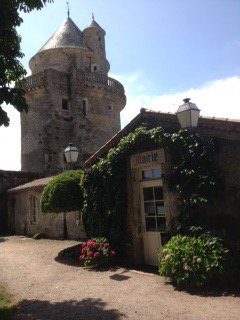 Surely one of the prettiest town halls anywhere #mairie d&#39;Apremont #France<br>http://pic.twitter.com/CcVFYlwr5q