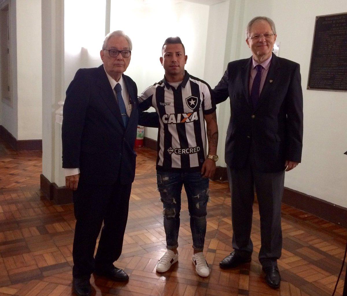 Com o presidente Carlos Eduardo Pereira e o presidente do Conselho Jorge Aurelio, Valencia assina contrato e é apresentado aos Conselheiros!