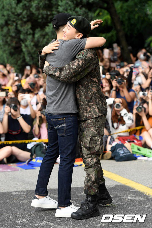 Leeteuk, Shindong, Donghae and Yesung welcome Eunhyuk from the army #WelcomeBackEunhyuk https://t.co/QI4ZZjkv2A https://t.co/bgnpbjV5Jq