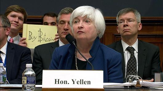 イエレン議会証言の最中ハプニング。何者かがBuy Bitcoinと書いたカードを掲げ、テレビに映った。それでビットコイン価格が3%アップ。なにやらビットコイン市場の問題点を象徴するような一コマ。 https://t.co/QJ8CROZZmE