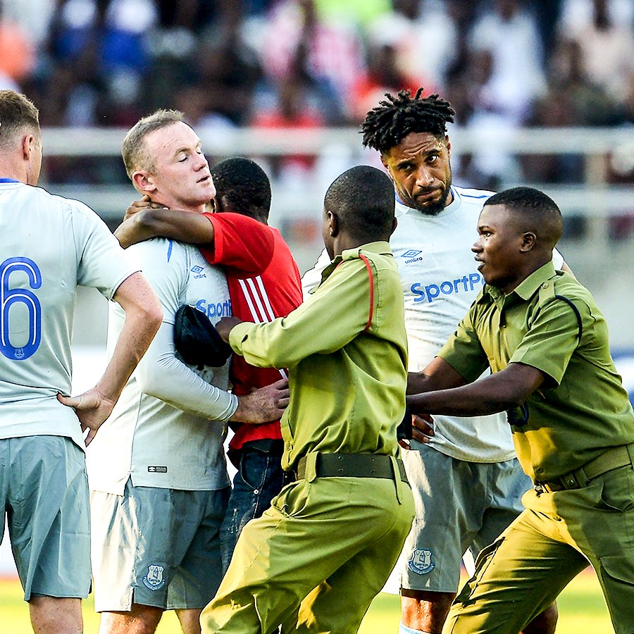 Wayne Rooney dipeluk fans