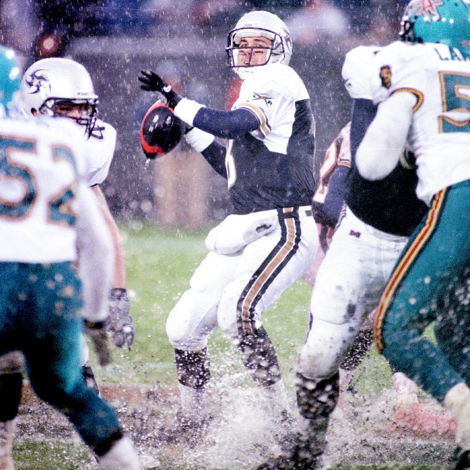 Xflmemories On Twitter Los Angeles Xtreme Quarterback Tommy Maddox In Action Against The Memphis Maniax At The Lacoliseum On Feb 25 2001 Xfl Https T Co Zqsfi3v1jo