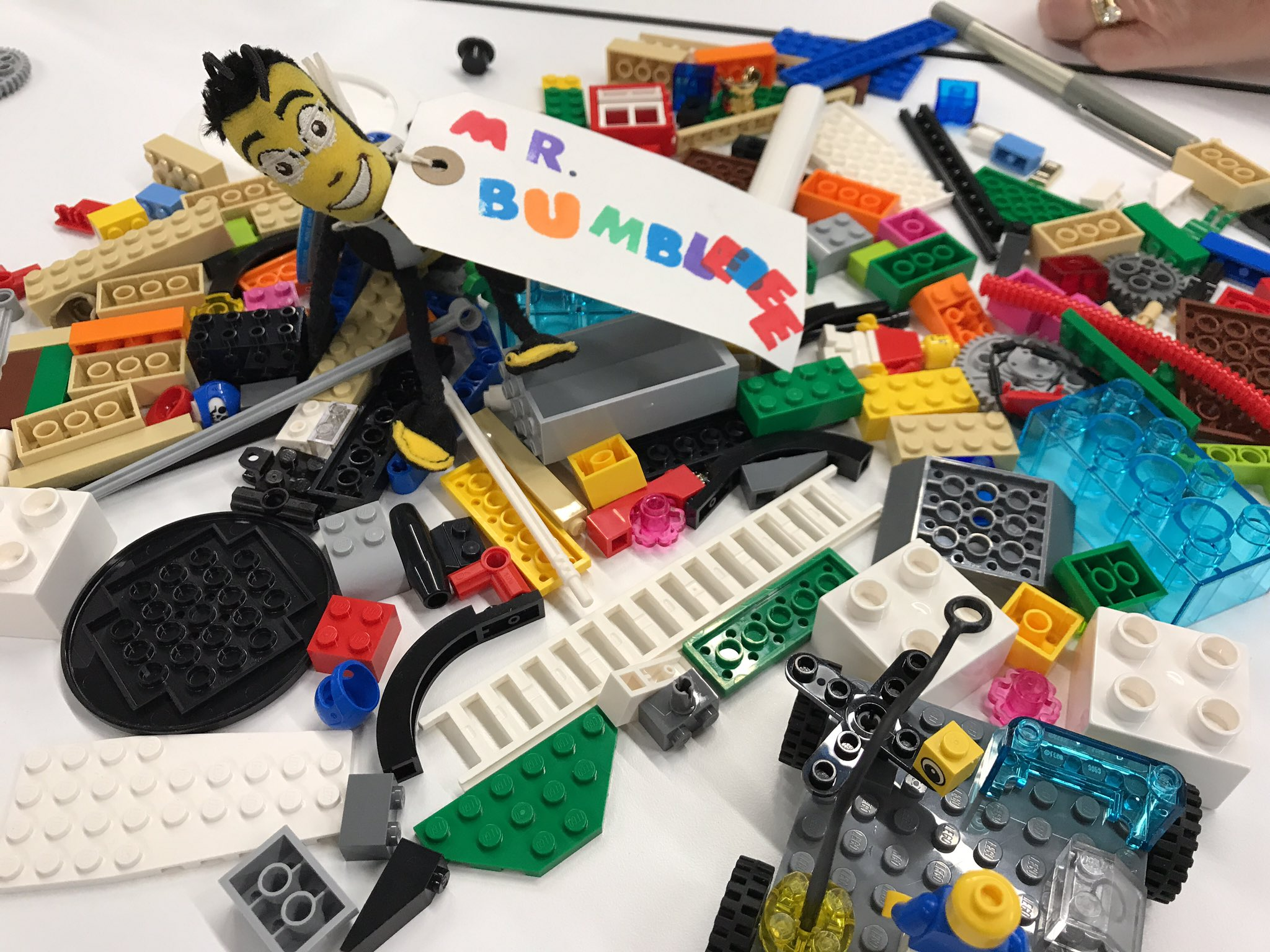 Lovely morning at the Allison, Alex, Leigh and Roseline LSP workshop building a team in 90 min #playlearn17 @MrBumblebeeToy @masfrancesc https://t.co/Ewmg4UgQkK