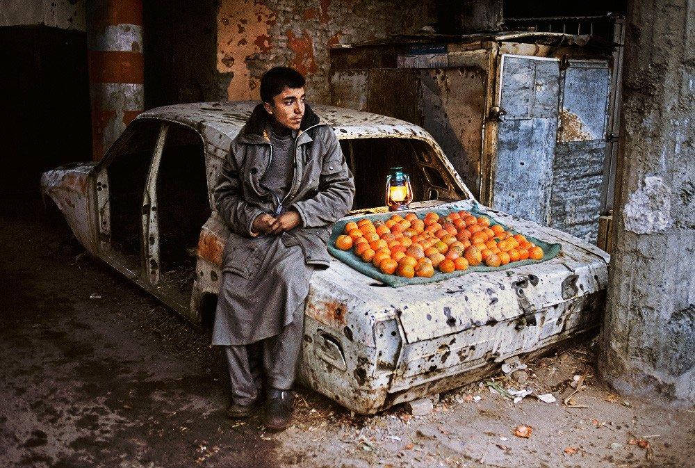 Vende naranjas en la calle Steve McCurry Afghanistan Kabul 2003 Boy selling oranges on the street,