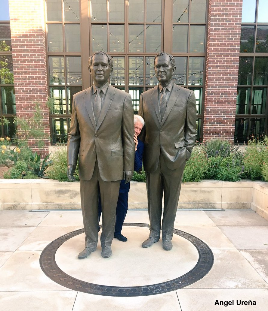 Without a doubt, this is the best photo of the week: @billclinton hiding between statues of Bush 41 and Bush 43. Photo: @angelurena
