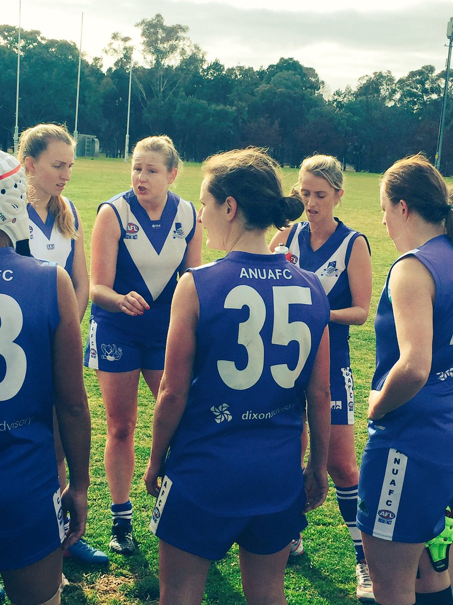 Qtr time leadership by @ANU_GriffinsAFC captain, Caitlin Roy. #footy #ANUAFC #ANUGriffins @BecSimone1 @ANUsport