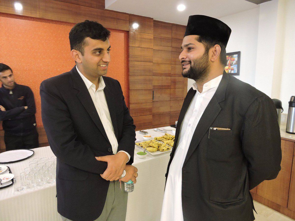 Members of #AMJ in discussion with the attendees @ #EidMilan Shimla<br>http://pic.twitter.com/rBW6QfenWV