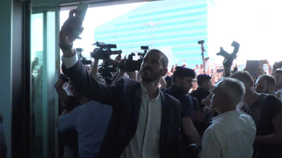 Watch @bonucci_leo19's first time at Casa Milan, surrounded by the love of our fans 🎥👇🏻 #weareacmilan