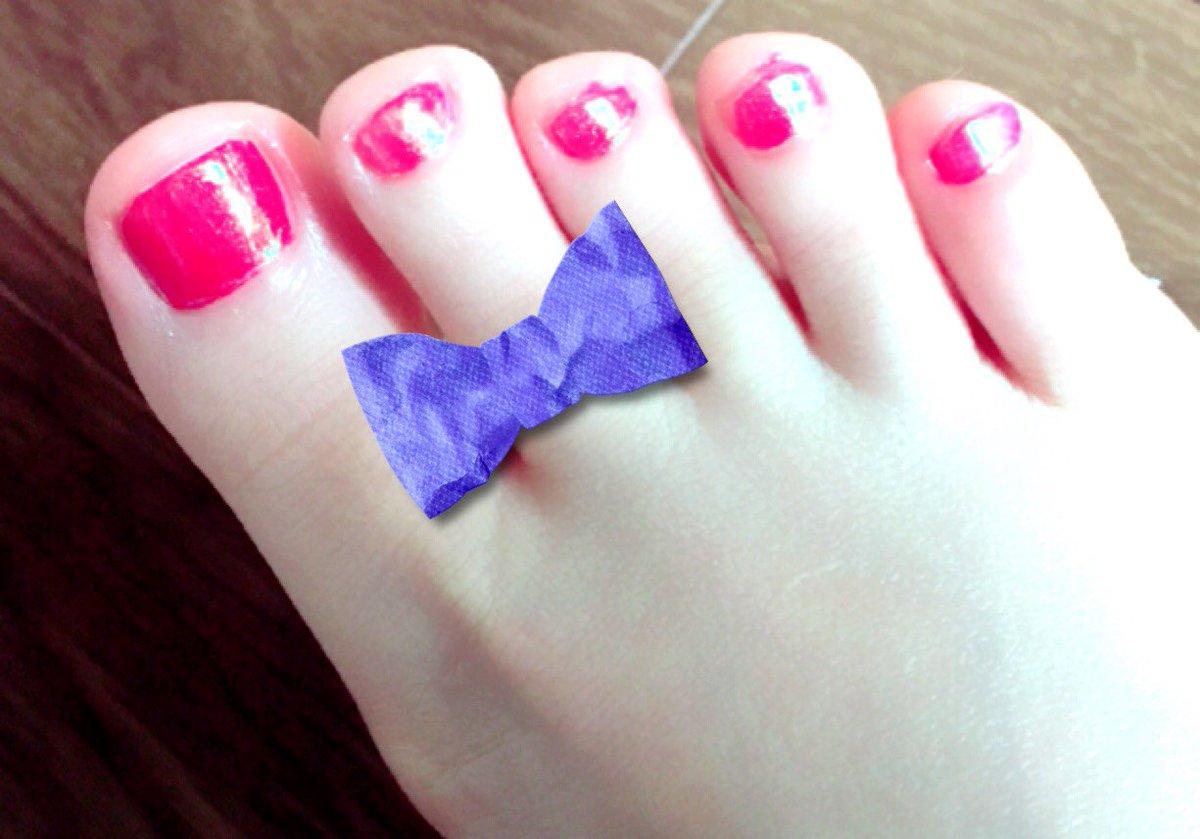 test ツイッターメディア - Candoのフェアリーダストパウダー【オーロラピーコック】に初挑戦!マットな赤に重ねただけで??フェアリーダスト??なツヤ。トップコートが乾く直前にポンポンするのは緊張した??足の指??と雑なのは見逃してください。#セルフネイル #フェアリーダストパウダー #ペディキュア #キャンドゥ https://t.co/mLGVpnpkZr